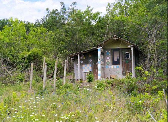Парцел - 612 кв.м. с малка постройка - 12 кв. м. (м-т Ракитника)