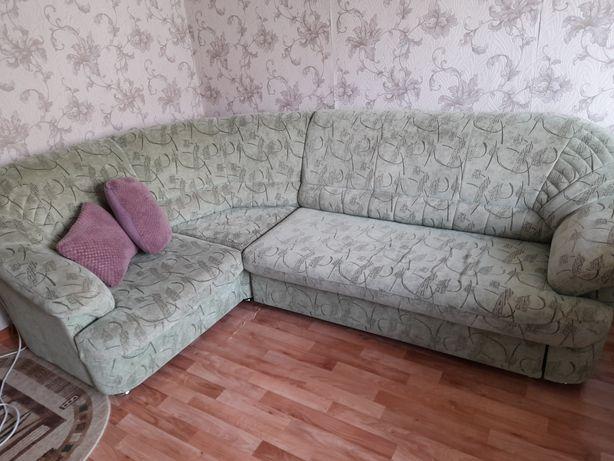 Продам мяткмй угловой диван в хорошем состоянии