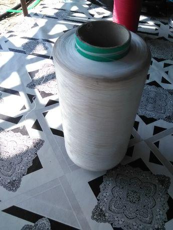 Разпродажба на прежда от коприна на бобини.