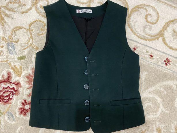 Продам зеленый жилет с костюмом для первоклассника
