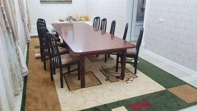 Стол и стулья вместе с ковром