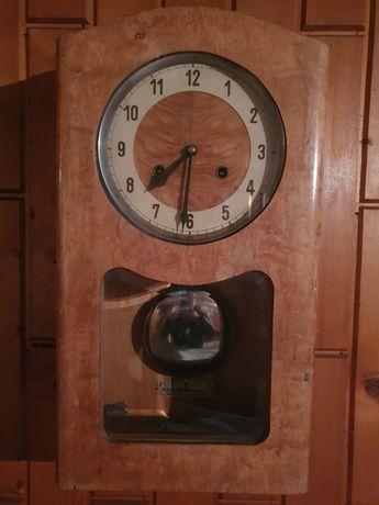 Стенен часовник с махало
