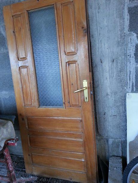 Uși din lemn