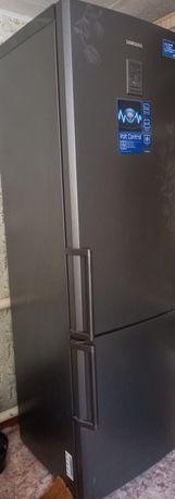 Продам холодильник. Отличное состояние. Почти новый. Высота 2 м. Срочн