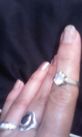Продавам сребърен пръстен с камък цирконий за 15 лв.