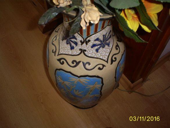 Порцеланова ваза с изкуствени декоративни цветя