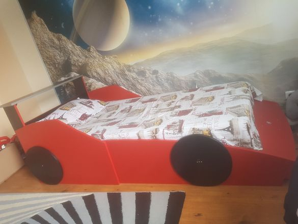 Легло във формата на кола