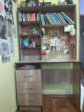Стол ученический сполкой книжный