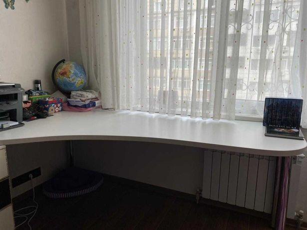 Большой стол белого цвета