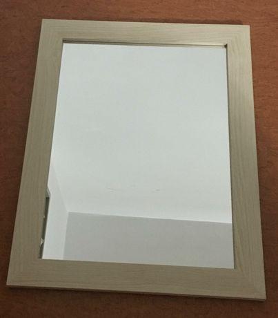Oglinda  cu ramă de lemn