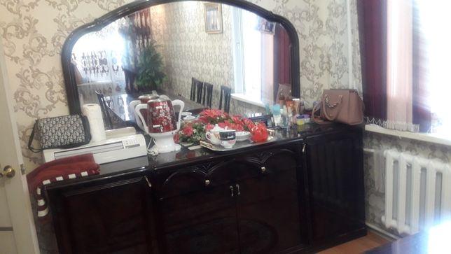 Комплект стол,8 стуля,комад.шкаф хорошем состряние