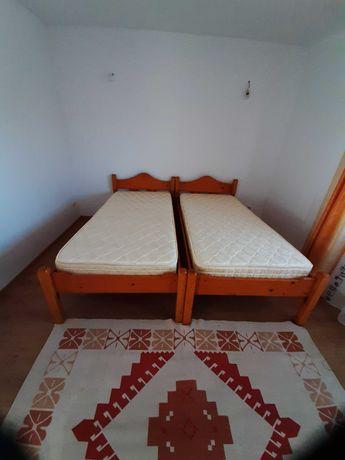 Vând două paturi din lemn cu saltele noi