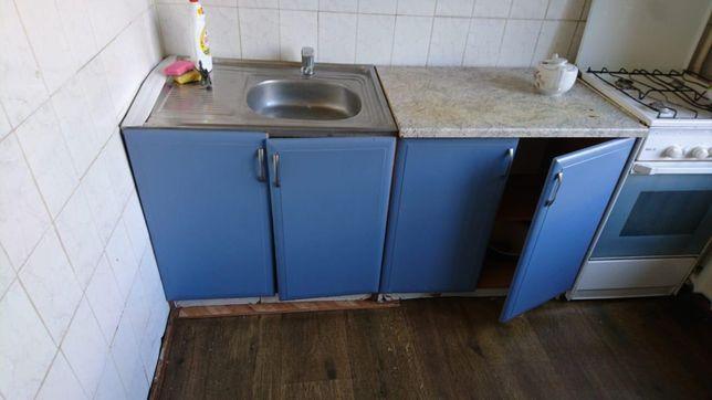 Кухня из трех шкафов, стол и угловой диван