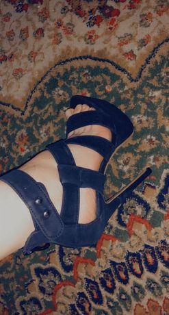 Красивая обувь на высоком каблуке