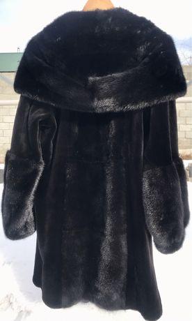 Продам норковую шубу цвет чёрный бриллиант , мех комбинированный .