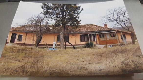 Продавам селска къща с 4дка двор