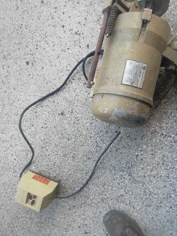 Електродвигател с ръчна спирачка и контактор за включване.