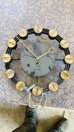 Стенен ръчен часовник