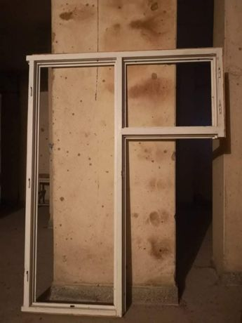 Продавам прозорец с малко прозорче и обща рамка от дърво.