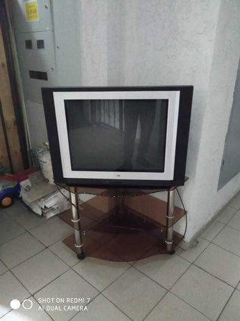 Большой телевизор LG с пультом