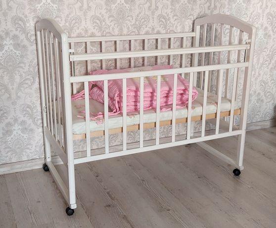 Детская кроватка в прекрасном состоянии (деревянная)