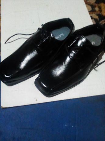 Vând pantofi pentru copii.