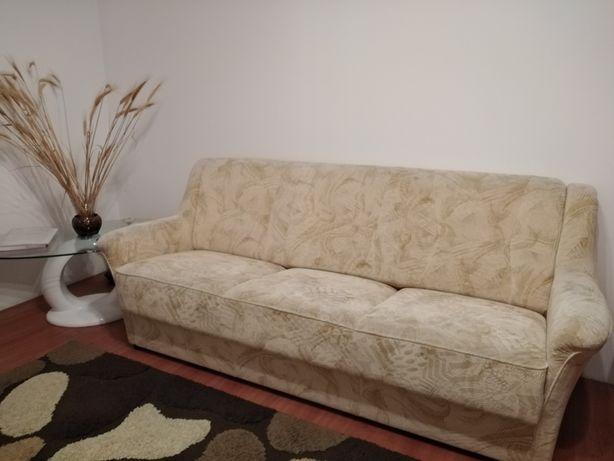 2 canapele cu 3 locuri, neextensibe.