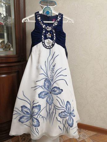 Продам платье на девочку 7-8 лет, почти новое.