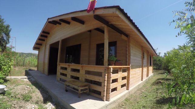 Vand și fac case din lemn