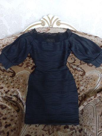 Красивое черное платье.