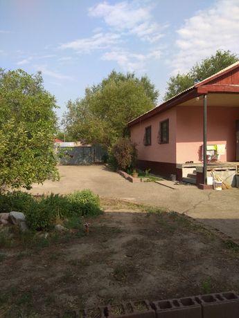 продам кирпичный дом с газовым отоплением, горячей водой.