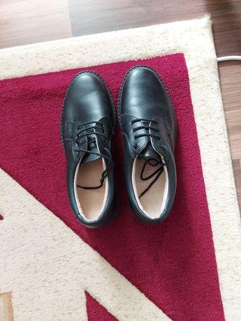Pantofi negri din piele model deosebit