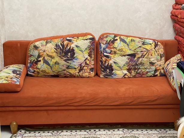 Очень яркий ,красивый расскладной диван