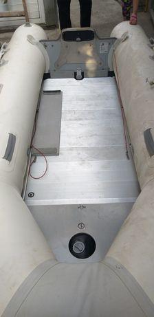 Надуваема лодка с твърдо дъно