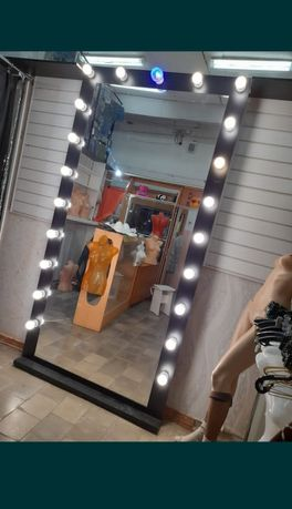 Продам большое, красивое зеркало с подсветкой! Все лампочки рабочие!
