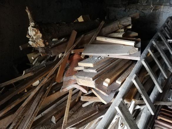 Стар сух дървен материал от покрив за огрев
