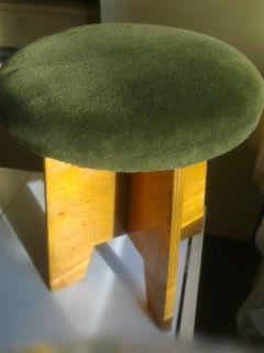 Продавам 2 детски тапицирани столчета с дървени крачета