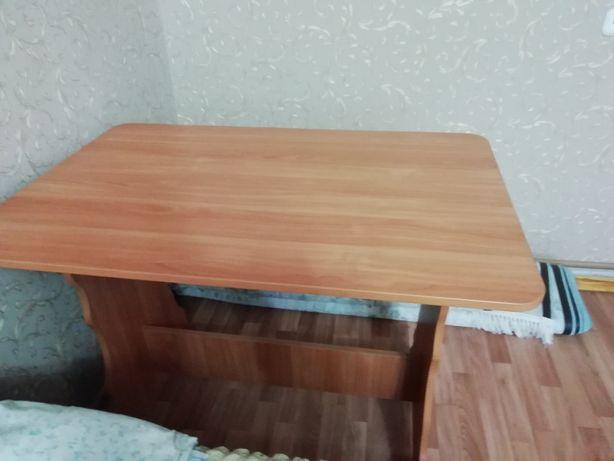 Кухонный стол. В хорошем состоянии.