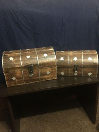 Set de doua cufere vechi din lemn cu model