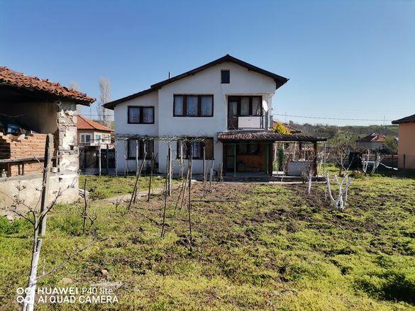 Двуетажна къща в село Сираково