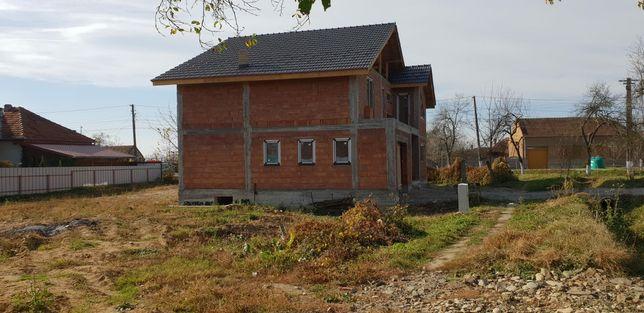 Casa in rosu de vanzare