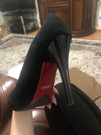 Туфли черные с каблуком