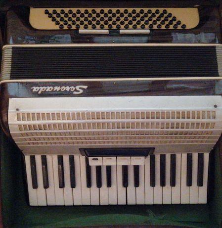 Vând acordeon Serenada, 80 de bași,1200 de lei