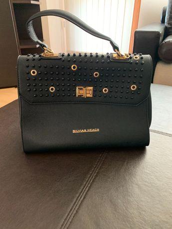 Дамска чанта с черни и златни елементи