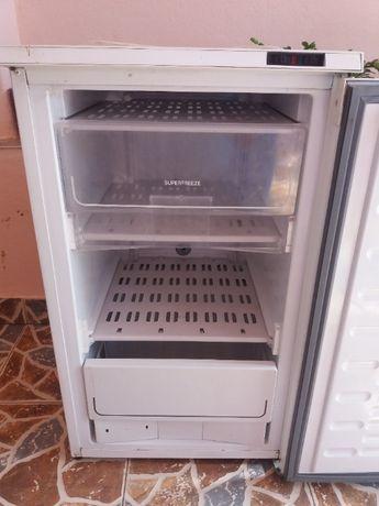 Congelator cu 3 sertare.