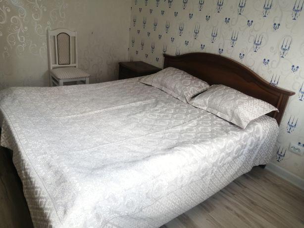 Двуспальная кровать с комодом