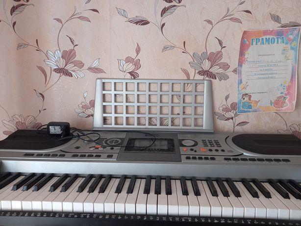Продам срочно синтезатор