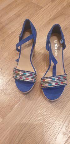 Sandale cu platforma.