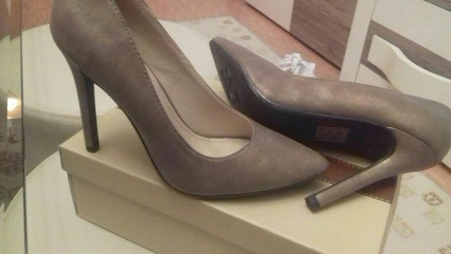 Pantofi noi marimea 36 toc apox. 11 cm culoare moro-auriu
