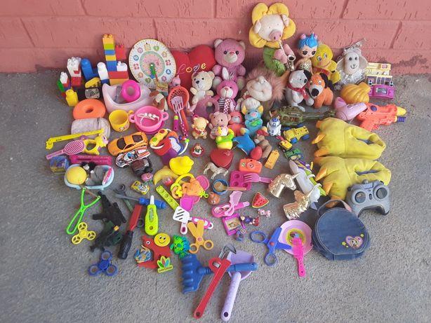 Очень-очень много разных игрушек  .